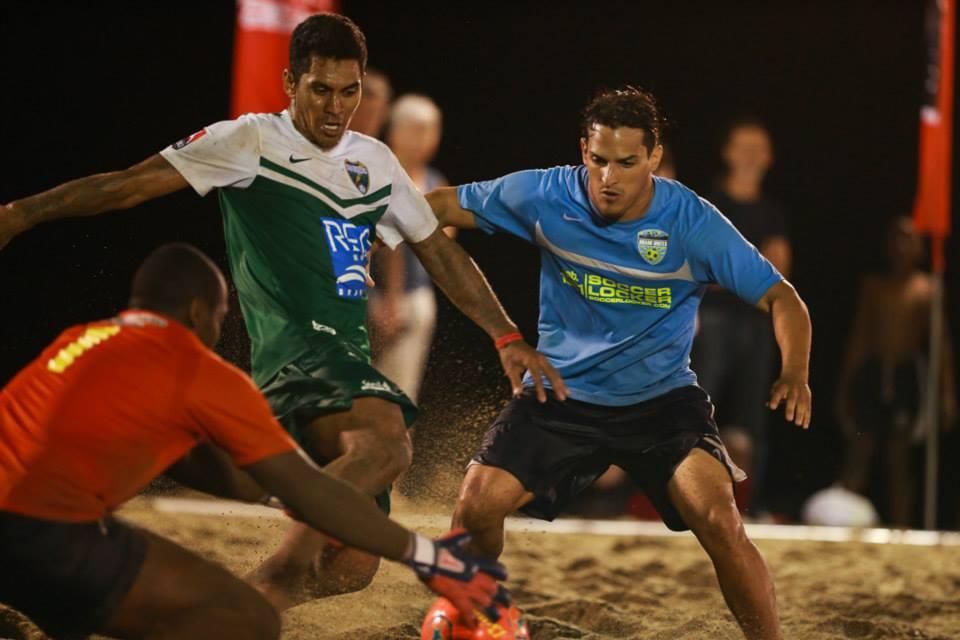 Balón dividido entre Pedro Contreras y Heimanu Taiarui (selección Tahiti) jugador de Chargers Suiza.
