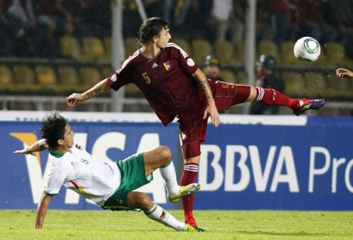 Bolivia's Marcelo Martins (L) and Venezuela's Fernando Amorebieta fight for the ball during their 2014 World Cup qualifying soccer match in San Cristobal November 15, 2011. REUTERS/Carlos Garcia Rawlins (VENEZUELA - Tags: SPORT SOCCER)
