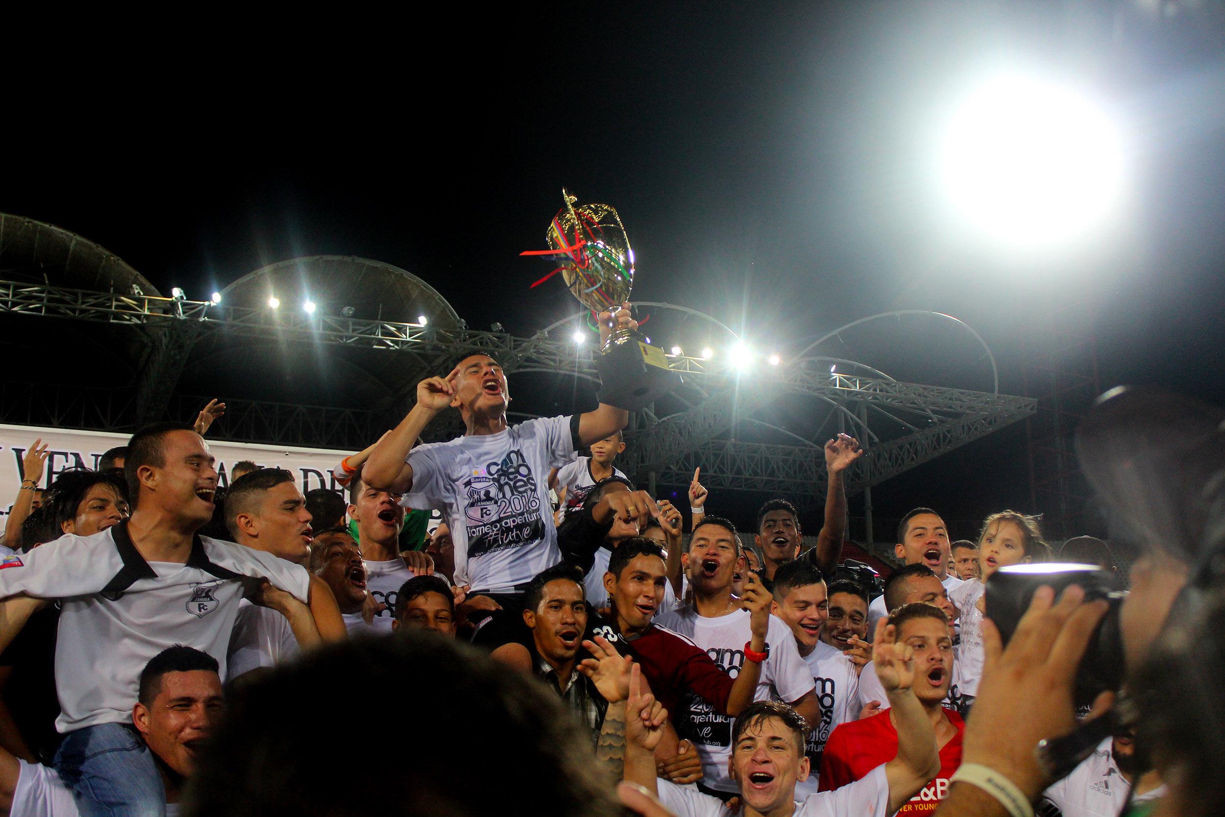 Los jugadores del Zamora celebran el título en el Estadio La Carolina. Foto: prensa Zamora.