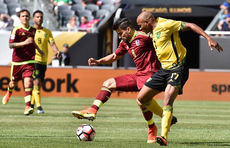 El venezolano Rincón bajo la marca del jugador de Jamaica. Foto: Conmebol